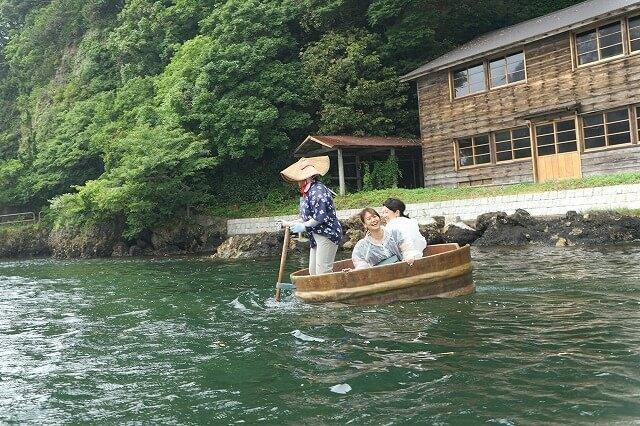 たらい船を楽しむ観光客